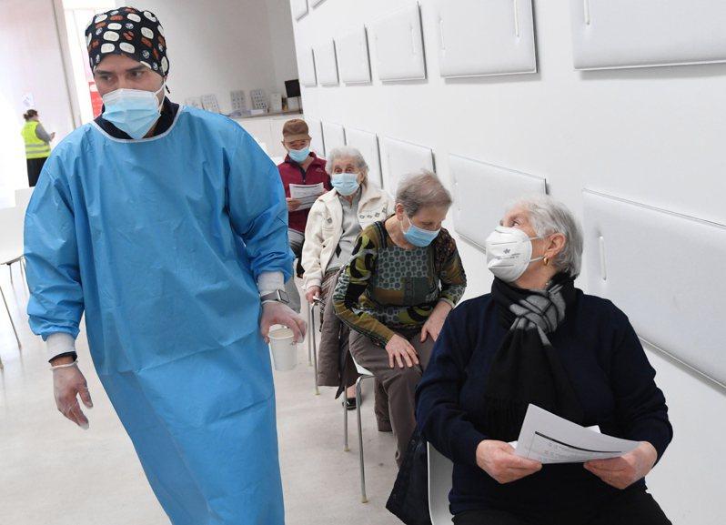 義大利人在米蘭附近一個疫苗接種中心等候注射疫苗。義大利近日有醫護拒絕接種疫苗,結果導致醫院爆發群聚感染。 (歐新社)