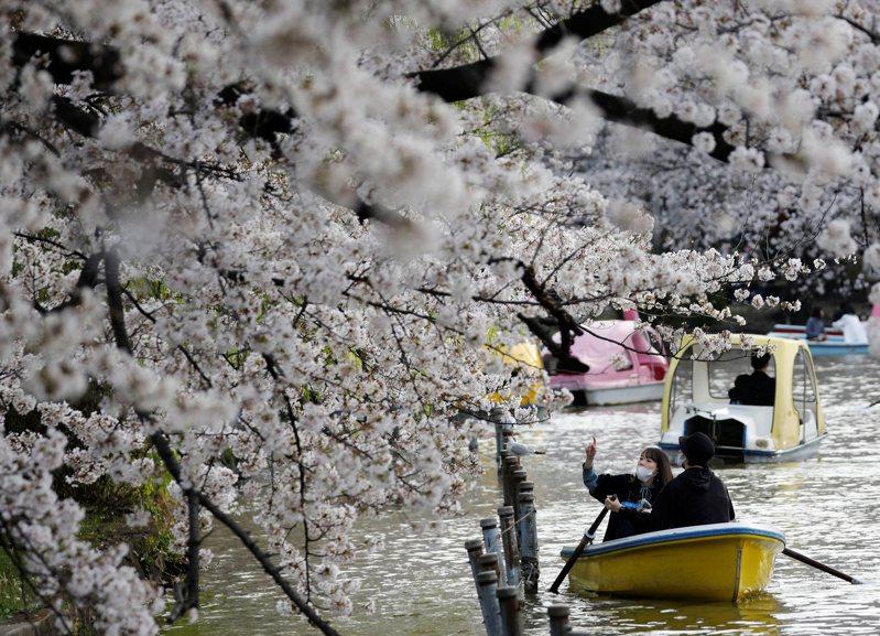 日本計畫推出「疫苗護照」,讓當地民眾可以憑接種疫苗證明前往海外旅遊。(路透)