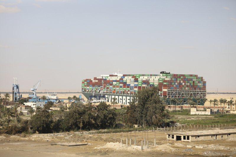 長榮貨櫃「長賜號」擱淺在蘇伊士運河已一周,28日依然未能脫困。(美聯社)