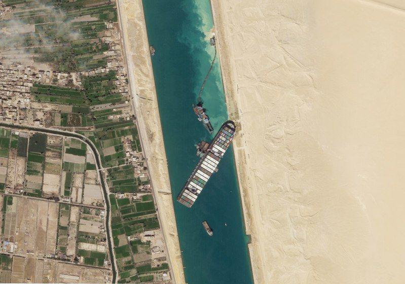 衛星圖片顯示,長榮貨櫃「長賜號」28日仍然卡在蘇伊士運河,拖船正在努力為它解困。美聯社