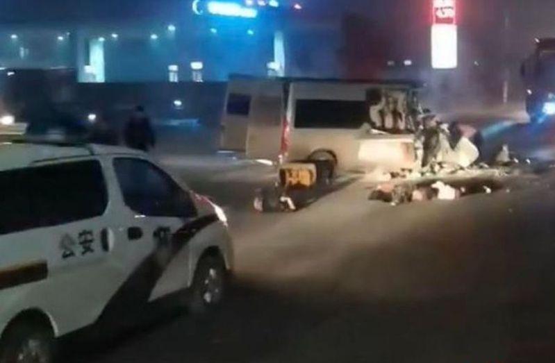 河南安陽市一輛客車與一輛貨車相撞,造成6人死亡6人受傷。(取材自紅星新聞)