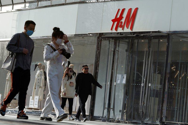 瑞典時尚品牌H&M近日陷入新疆棉風暴,遭中國民眾抵制。圖為北京的H&M門店。(路透)