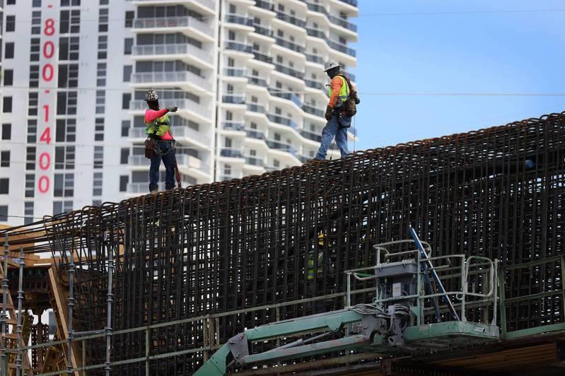 前總統歐巴馬和川普任內都曾希望更新國家基礎建設,卻未能實現,拜登力求表現,欲證明自己有辦法完成前總統做不到的。圖為佛州邁阿密市正在興建新的大橋。(美聯社)