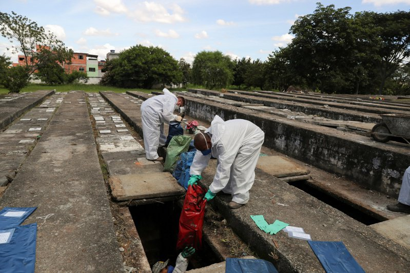 位於巴西聖保羅北部的維拉新卡喬埃里尼亞公墓。(路透)