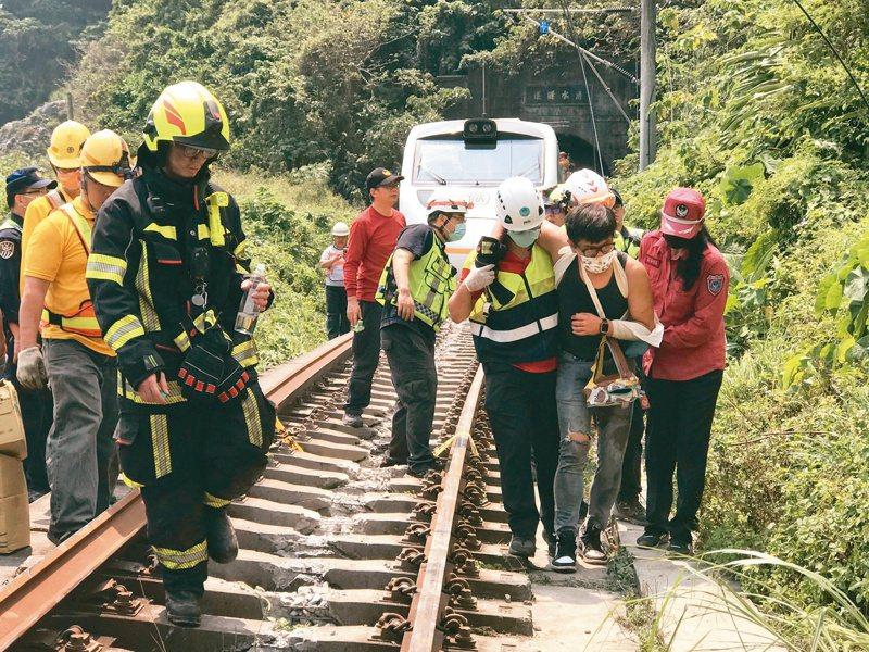 台鐵408次太魯閣號發生事故後、警消趕赴現場將傷者送醫。記者王燕華/攝影
