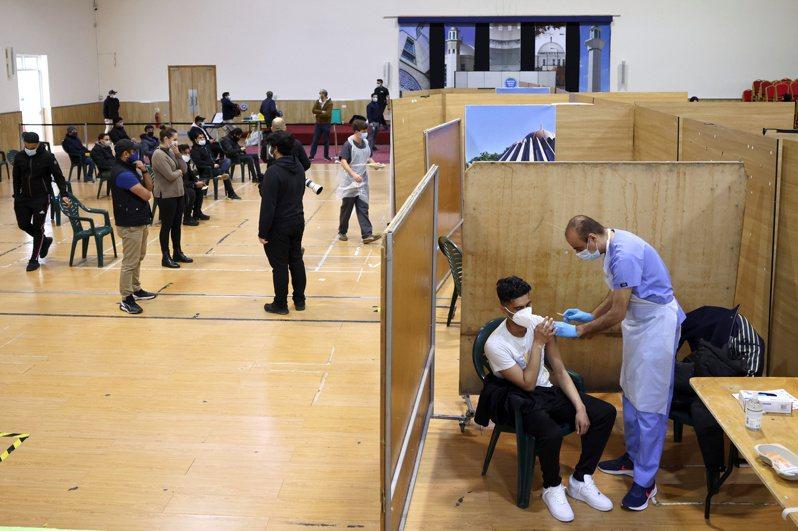 英國施打AZ疫苗,近日有30人出現血栓現象,其中7人死亡。圖為倫敦一處疫苗接種中心。(路透)