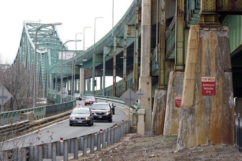 媒體稱拜登總統的基礎建設法案,規模宏大,支出有史最多,國會參院通過不易。圖為麻州波士頓內密斯迪克河上的杜賓大橋需要升級。(美聯社)