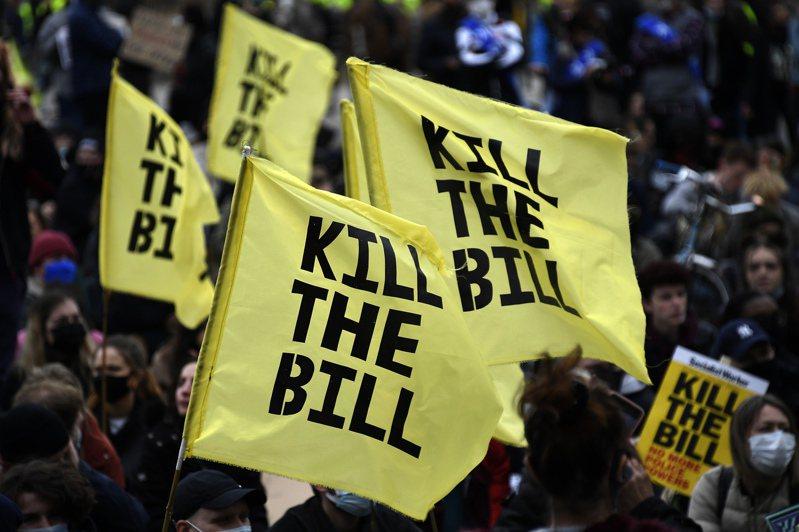 倫敦示威者舉起標語牌展示「KILL THE BILL」字眼,要求撤回法案。(美聯社)
