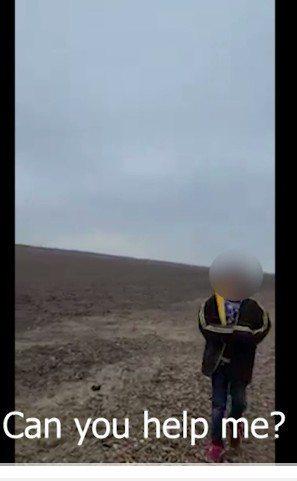 美國邊界巡邏員1日美墨邊界路上發現一名無證男孩,年約10歲。他以西語稱被偷渡集團在邊界拋棄後,非常害怕。圖為巡邏員當時所攝視頻,詢問男孩「需要幫助嗎?」。(取自CBP網站)