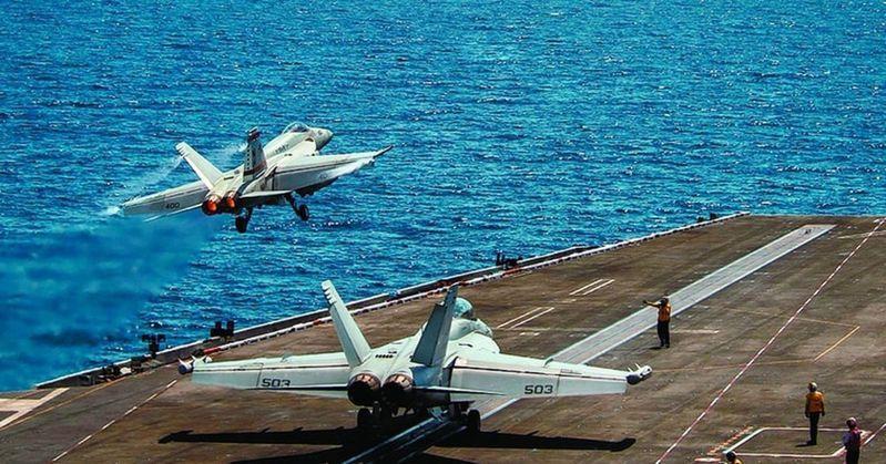 美軍「羅斯福號」航母已進入南海,超級大黃蜂戰機昨從航母甲板起飛。(取材自美國海軍官網)