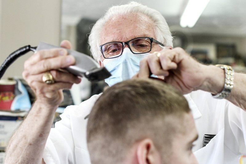 過去一周美國半數新增新冠確診病例在紐約、密西根、佛羅里達、賓州和新澤西州五州。圖為密西根州一家理髮店。(路透)