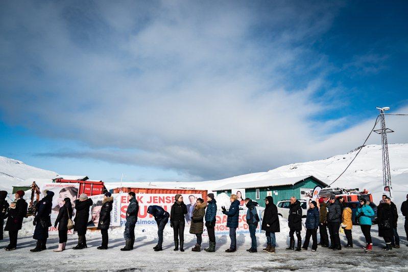 格陵蘭6日舉行議會選舉,選舉結果受到列強關注。圖為首府努克的選民排隊投票。歐新社