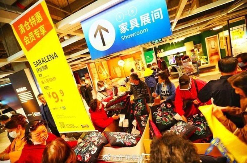 民眾搶購特價品。(取材自新聞晨報)