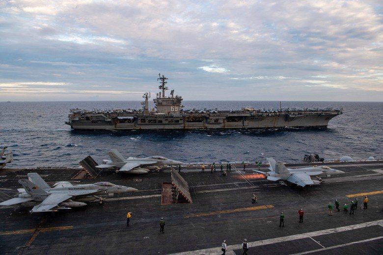美國持續對中國軍事施壓,美軍第七艦隊8日在官網表示,「羅斯福號」航艦(前)打擊群和兩棲攻擊艦梅金島號(後)已在南海會合展開遠征突擊行動。美軍也在官網和臉書曝光演習的影片和照片。圖/取材自羅斯福號臉書