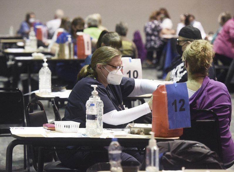 圖為目前已成為全美新重疫區的密西根州,努力推動居民施打疫苗。 美聯社