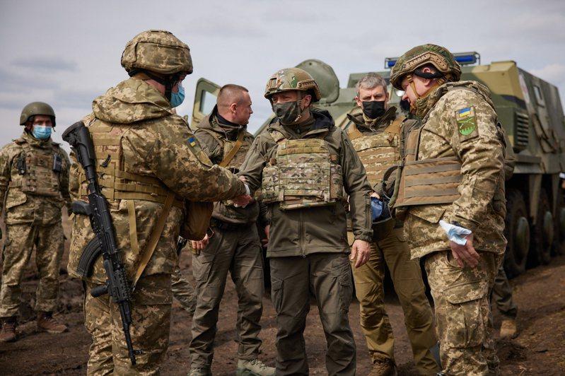 烏克蘭和俄羅斯邊界緊張情勢升高,戰雲密布,烏國總統澤倫斯基(中)8日前往前線視察。(歐新社)
