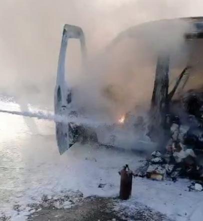 被燒毀的麵包車。圖/取自FM93交通之聲