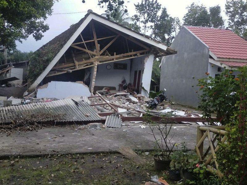 印尼爪哇外海地震10日發生規模6.0地震,目前已知至少8人罹難,造成數百棟房屋被震毀。(歐新社)