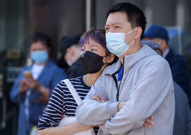 新冠肺炎疫情讓許多需要與人接觸的工作消失,其中亞裔雇員占全美這類產業的25%。圖為紐約市皇后區街頭。(Getty Images)