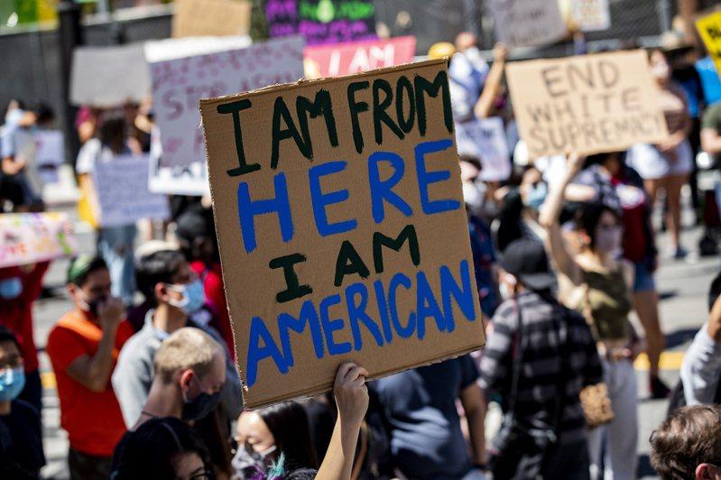 圖為洛杉磯市亞裔舉出「我來自這裡,我是美國人」牌子。歐新社