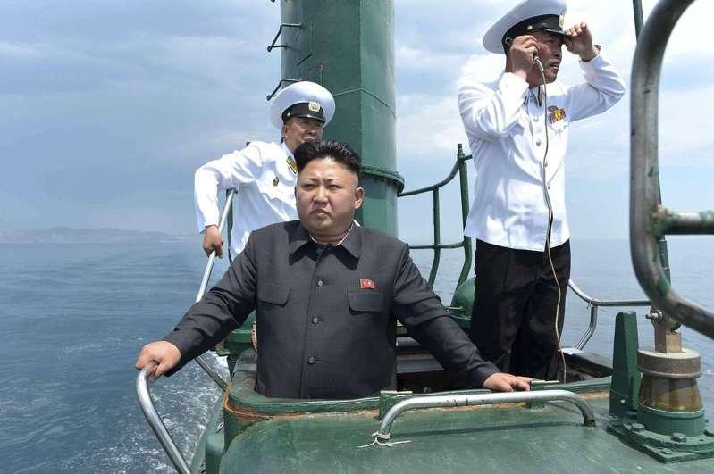 美、韓情報單位研判,北韓已建造完成一艘3000噸級、可搭載3枚潛射彈道飛彈的新型潛艦。圖為2014年6月北韓領導人金正恩視察一艘潛艦時,站在指揮塔的鏡頭。(路透)