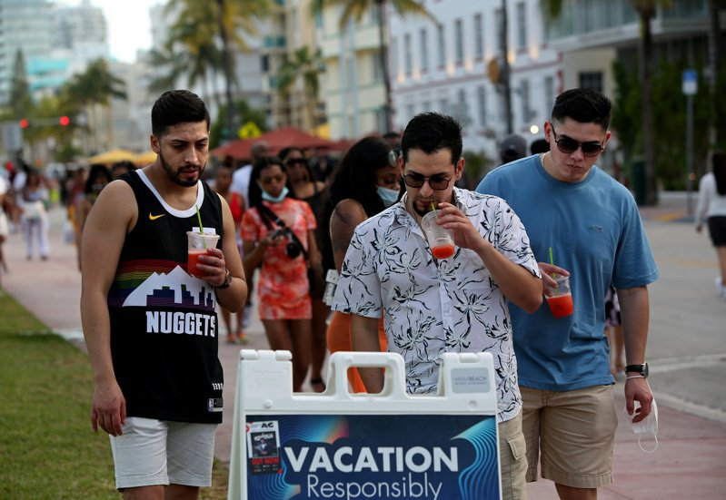 CDC指出目前新確診人數以佛州及密西根州,染患變種病毒最嚴重,尤其是年輕人。圖為佛州邁阿密市成為春假年輕人朝聖地,市內鬧區多是未戴口罩年輕人。(路透)