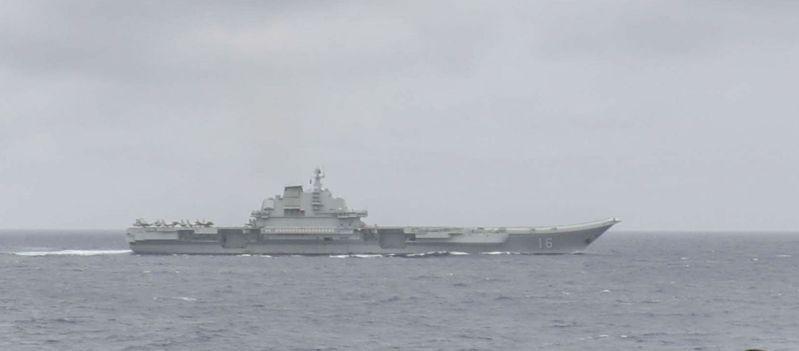 據美國海軍發布照片,美軍驅逐艦馬斯廷號近距離觀察遼寧號動向,放大照片後,遼寧號舷號16清晰可見。(取材自美國海軍官網)