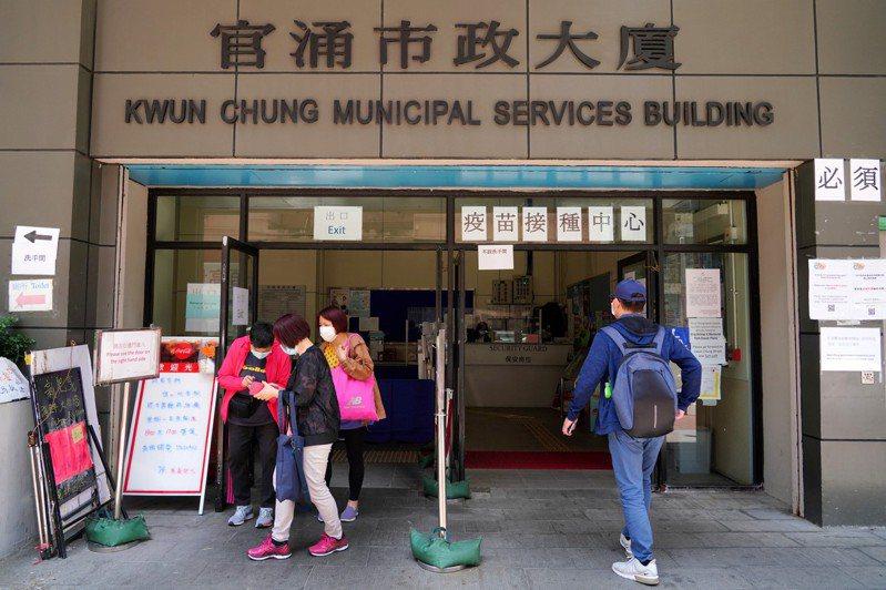 香港至12日接種首劑新冠疫苗累計逾59萬人,占人口9.1%。圖為市民前往香港官湧市政大廈的社區疫苗接種中心接種新冠疫苗。(中新社)