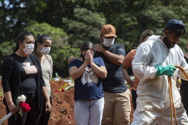 世衛組織12日指上周全球疫情大幅擴散,情況不妙。圖為在南半球疫情重災區的巴西,病...