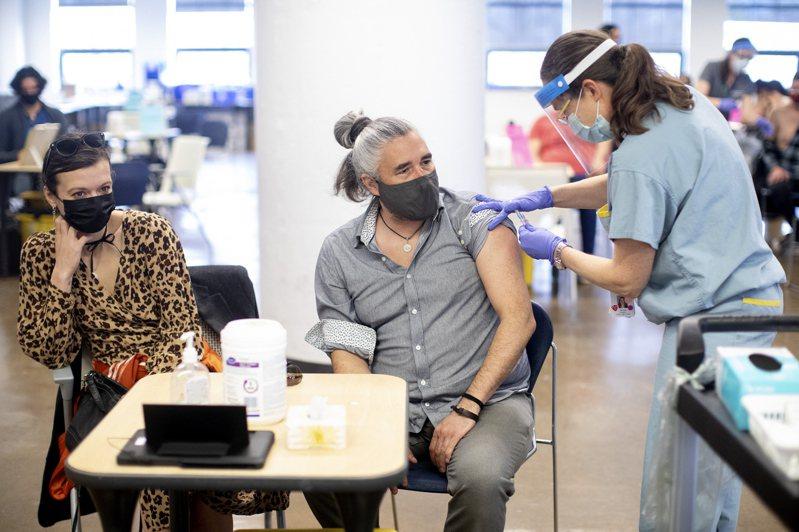 加拿大近日疫情升溫,多是集中在安大略省的變種病毒。圖為在多倫多的民眾10日接受疫苗注射。(美聯社)