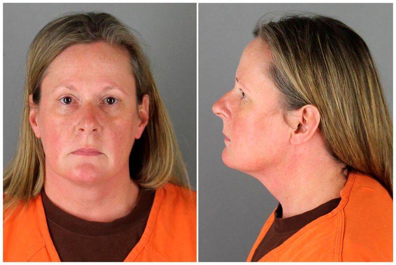 聲稱誤把真槍當電擊槍,打死非裔男子萊特的明尼蘇達州女警金柏莉‧波特,14日被控二級過失殺人罪。(路透)