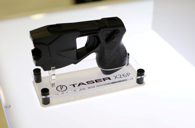 明尼蘇達州女警金柏莉‧波特聲稱她誤把真槍當電擊槍使用,才打死20歲非裔萊特。但二者其實差別甚大。圖為在聖地牙哥舉行的警械展覽會上展示的電擊槍。(路透)