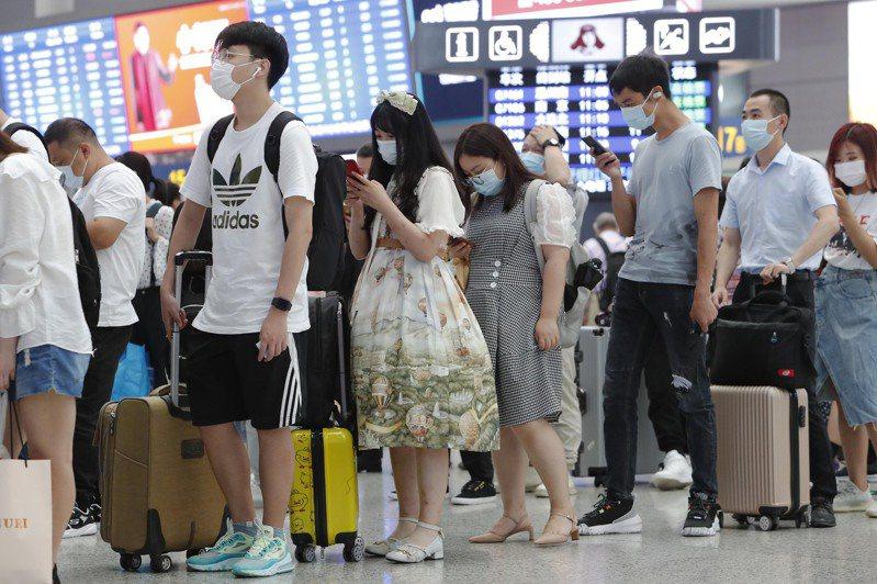 五一長假還剩幾周就到了,已經傳出機票、門票、租車等業務爆量的消息。圖為去年五一長假時,旅客在上海虹橋車站候車的畫面。(中新社資料照片)
