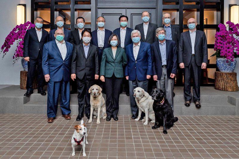 拜登總統欽點老友陶德率團訪台,台灣蔡總統在官邸設宴接待,並在臉書秀出賓客照片,還有四隻狗一起合照。(圖取自蔡英文臉書)