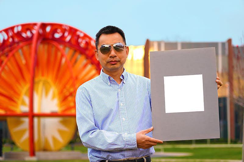 普度大學教授阮修林研發「超白漆」,有助減緩地球暖化。圖/普度大學提供