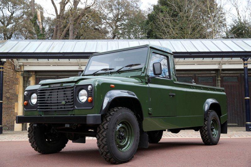 英國菲立普親王17日舉殯,負責載運靈柩的軍綠色Land Rover曝光,這輛改裝的越野車是親王親自參與設計。(路透)