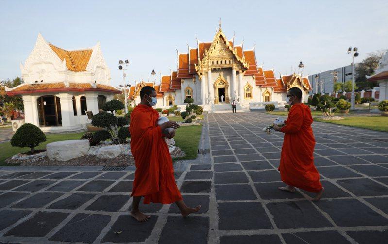 泰國疫情持續升溫,泰國政府16日公布限制措施,自18日起到30日,全國學校改成網路上課、娛樂場所停業並禁止50人以上集會。(美聯社)