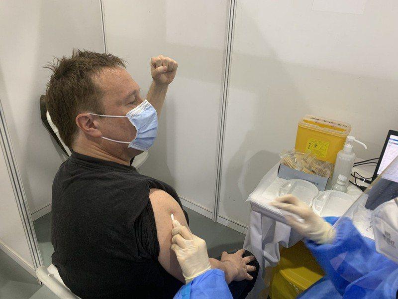 BBC駐華記者麥克唐納接種中國疫苗。(取材自推特)