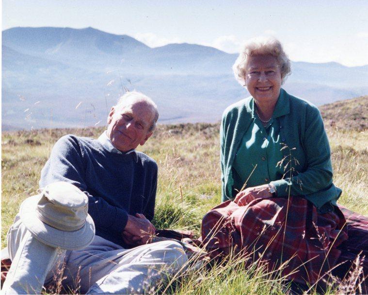 白金漢宮16日發布菲立普親王與女王鍾愛的合照,攝於2003年。(歐新社)