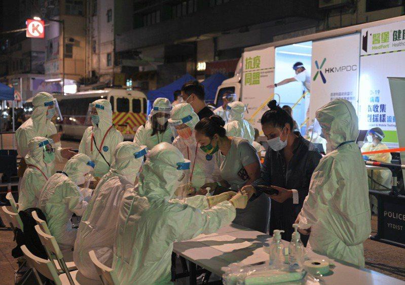 香港首名變種病毒患者,曾居住在佐敦伯嘉士大廈劏房內,衛生防護中心16日晚將伯嘉士大廈所有樓層的單位沒有病徵的住戶安排進行強制檢疫,以阻截N501Y變種病毒株擴散的潛在風險。(中新社)