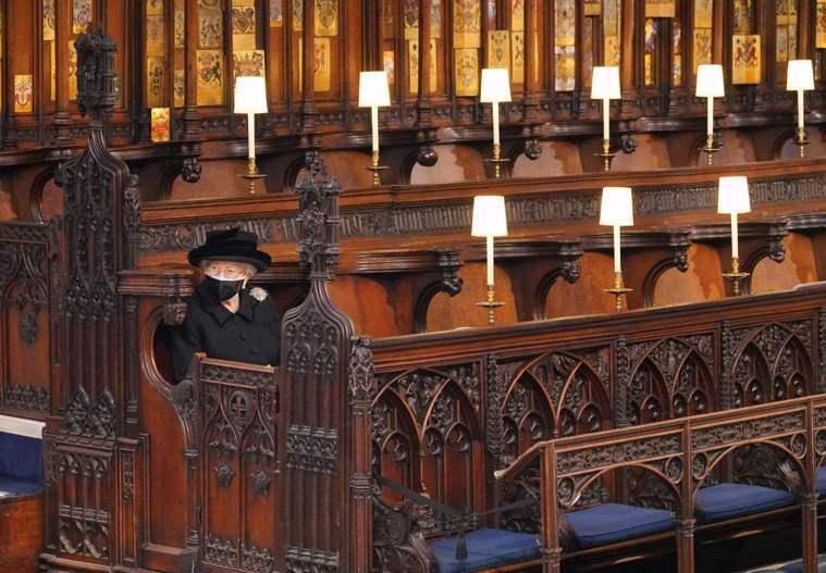 女王伊麗莎白二世17日獨立坐在聖喬治禮拜堂的座位上,送夫婿菲立普親王最後一程。(...