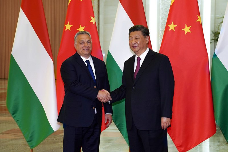 匈牙利反對歐盟在19日舉行的外長會議上發表批評中國政府的聲明。圖為匈牙利總理奧班(左)與中國國家主席習近平(右)2019年4月25日在北京就「一帶一路」進行雙邊會談時的合影。(路透資料照片)