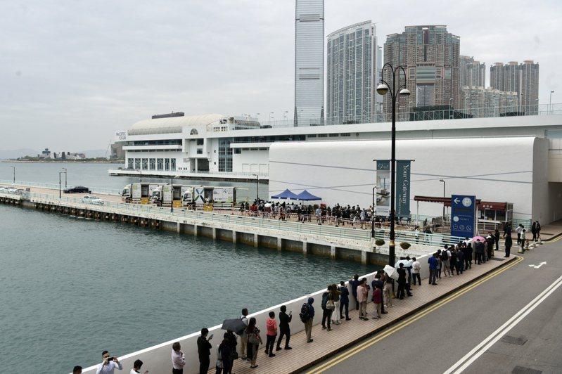 香港首名變種病毒患者曾到訪海港城,海港城商場職員及訪客19日排隊參加新冠病毒強制檢測。(中新社)