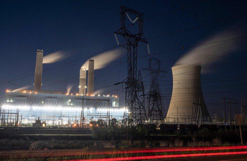 拜登總統22日邀請40國領袖參與線上氣候峰會,圖為阿拉巴馬州的燃煤電廠。(Getty Images)