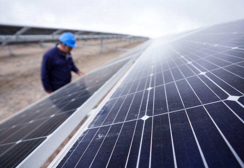 國務卿布林肯語出重話,表示美國再生能源發展趕不上中國。圖為青海的光伏產業園區,工作人員正在查看太陽能電池組件。( 新華社)