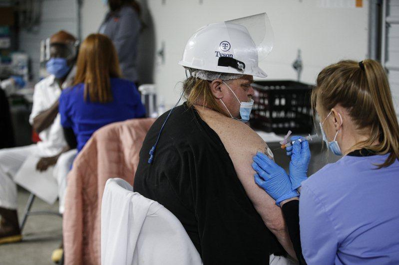 美國境內確診案例仍在增加,多數為變種疫毒,集中在田納西州與密西根州。圖為密州一位工人正在接種疫苗。(美聯社)