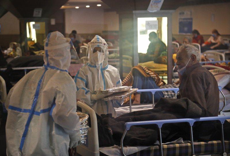 印度疫情失控暴增,總理莫迪20日表示國內正面臨COVID-19「風暴」,癱瘓整個衛生系統。(美聯社)