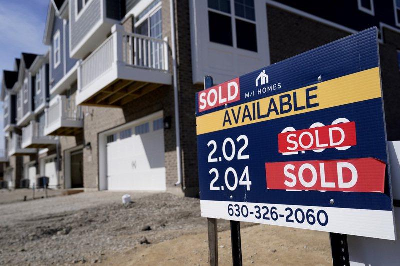 伊利諾州一棟房屋門前掛著已售出的招牌;全美價達百萬的房屋成交數,2月達1.7萬戶,比去年同期增加81%。(美聯社)
