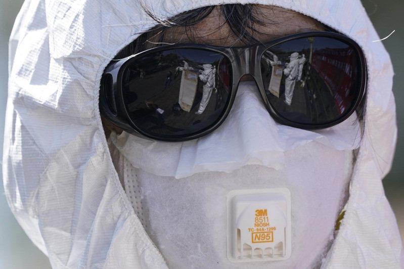 DA建議醫護人員不要再再重複使用N95口罩,因為當前供應已十分充足。(路透)