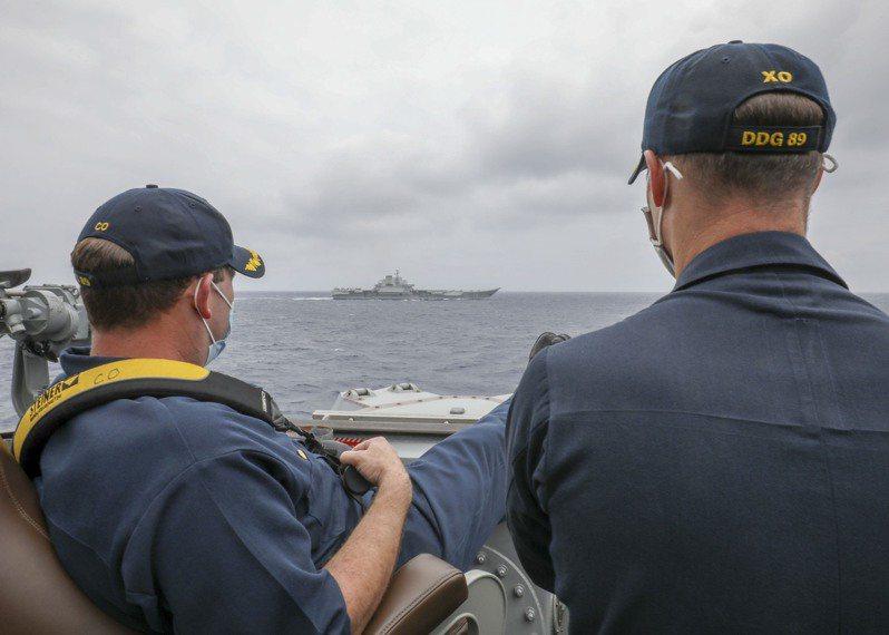 美國海軍官方發布的一張照片,航母遼寧艦和美國馬斯廷艦近距離接觸。(取材自NAVY網站)